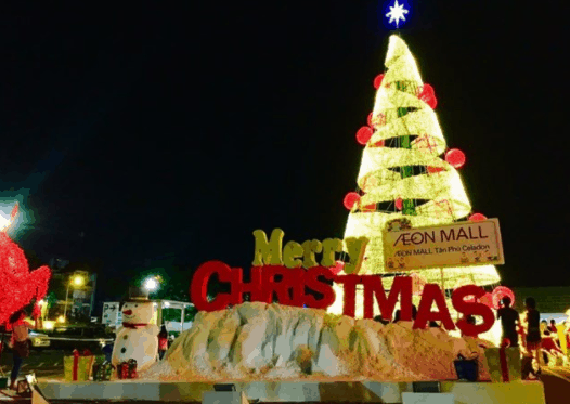 Cây thông Noel lộng lẫy tại Aeon Mall (Ảnh ST)