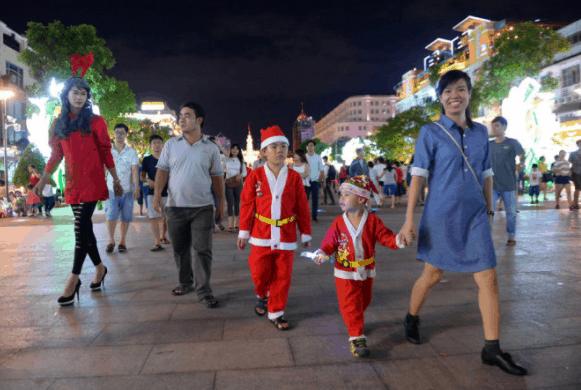 Hàng ngàn người vui Noel tại phố đi bộ Nguyễn Huệ (Ảnh sưu tầm)