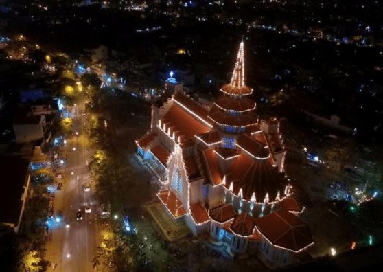 Hình ảnh nhà thờ dòng Chúa cứu thế được nhìn từ trên cao