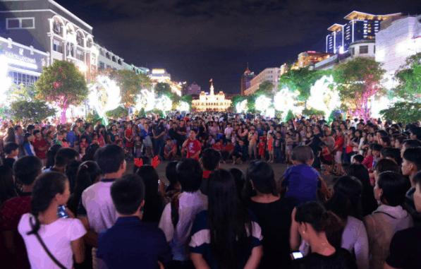 Hình ảnh phố đi bộ Nguyễn Huệ chật cứng người ngày Noel (Ảnh sưu tầm)