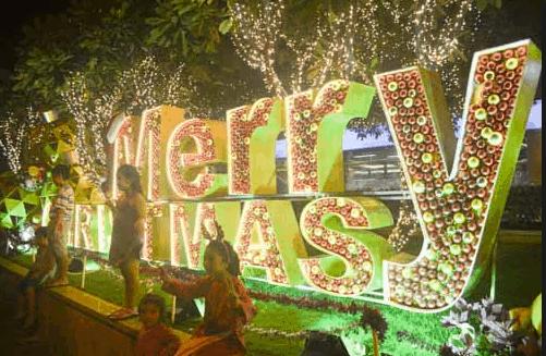 Mọi người đổ xô tới phố đi bộ Nguyễn Huệ ngày Noel để check-in (Ảnh sưu tầm)