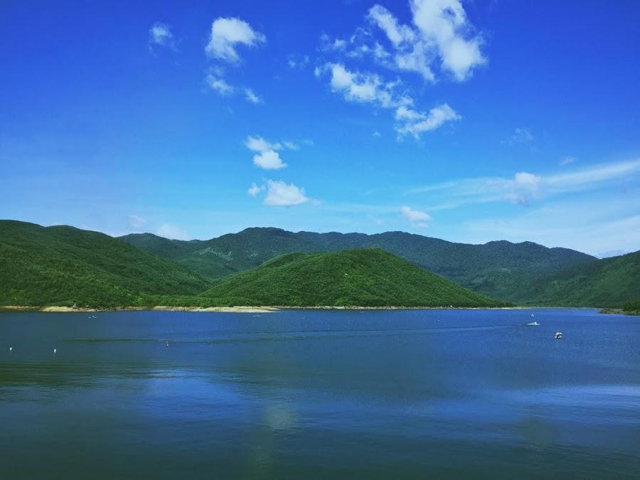 Tận hưởng không khí trong lành tại hồ Đồng Xanh