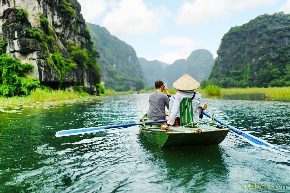 Đi thuyền thưởng thức thiên nhiên tại Thung Nham, Ninh Bình
